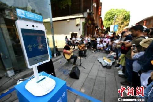 随着第二届数字中国建设峰会临近,有2200多年历史的福州沉浸在充满未来感的数字科技场景中。 王东明 摄