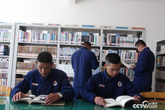 迪庆州森林消防大队的消防员在图书馆内阅读。(徐辉/摄)