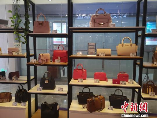 长沙黄花综合保税区内展示的跨境商品。 唐小晴 摄
