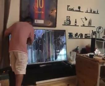 电视的上耿介挂着一件梅西的球衣实时热搜