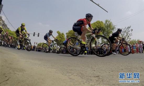 (体育)(2)自行车——2019年环崇明岛国际自盟女子公路世界巡回赛鸣枪开赛