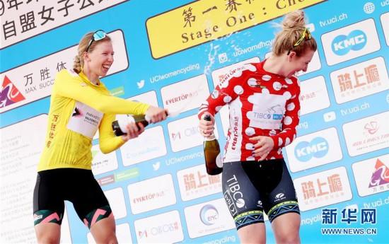 (体育)(1)自行车——2019年环崇明岛国际自盟女子公路世界巡回赛鸣枪开赛