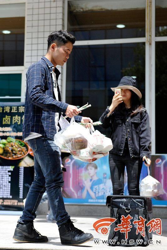西安培华学院大三男生为同学送外卖月收入过万