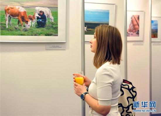 中国少数民族风情摄影展在里加拉开帷幕