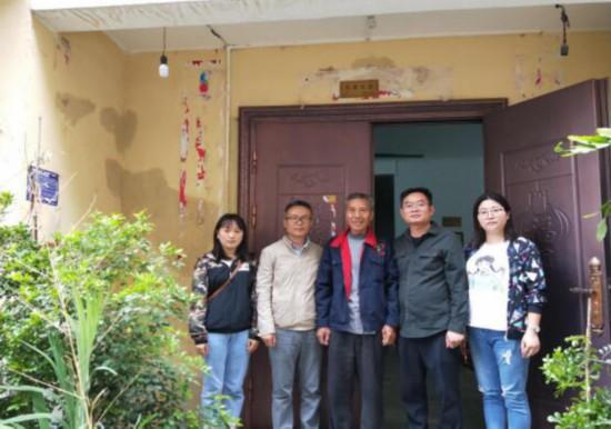 罗甸县工业和信息化局为退伍军人悬挂光荣牌
