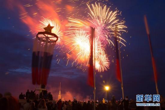 (国际)(1)圣彼得堡燃放烟花纪念卫国战争胜利74周年