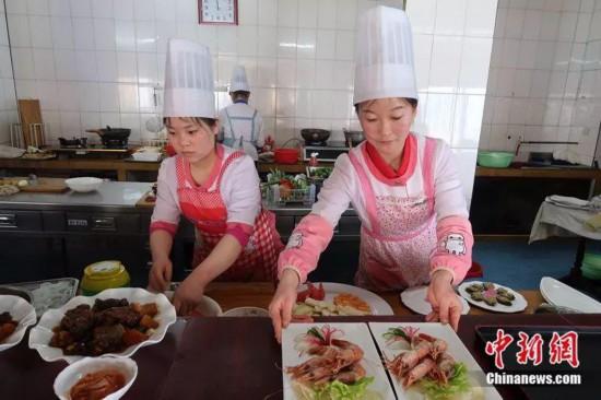 朝鲜观察:女大学生不留长发找对象不看重钱