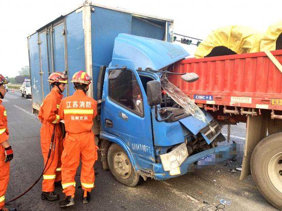 司机犯困货车追尾被困 扬州救援人员扒车门救人