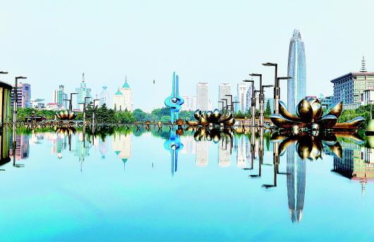"""济南正以蓬勃向上的昂扬姿态,朝着""""大强美富通""""现代化国际大都市不懈奔跑。图为济南市泉城广场。□新华社发"""