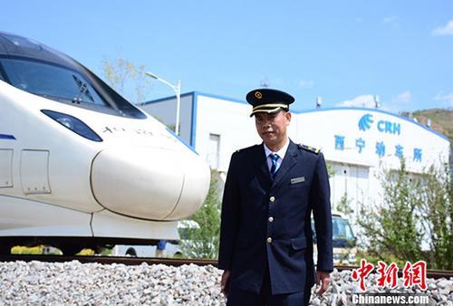 """藏族火车司机""""雪域天路""""演绎""""飞驰人生"""""""