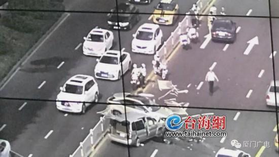 厦门莲前西路一越野车撞飞护栏冲入对向车道 多部车辆受损严重