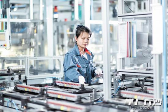 索恩格工廠一期去年投產后,當年實現產值40億元。 長沙晚報通訊員 鄭楊  全媒體記者  伍玲 攝影報道