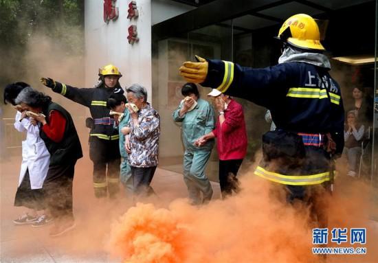 (社会)(1)消防演练走进养老院