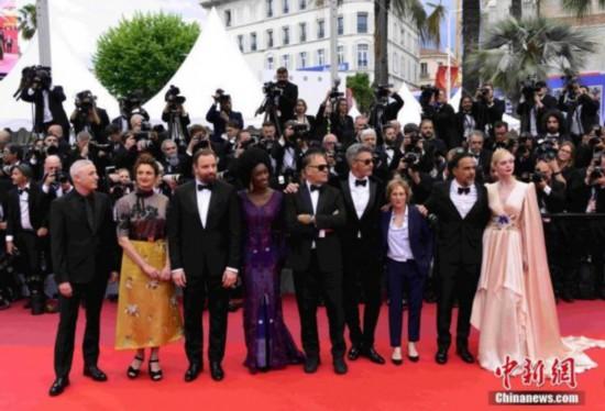 第72届戛纳电影节主竞赛单元评委集体亮相开幕式红毯