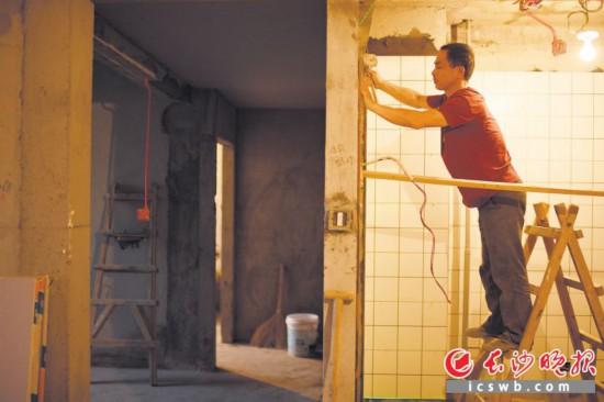 随着生活水平的提高和居住消费的升级,越来越多的市民对旧房进行改造。这是在芙蓉区某小区,工人对旧房子进行重新装修。长沙晚报全媒体记者 黄启晴 摄