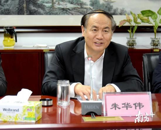 深圳中学校长朱华伟。