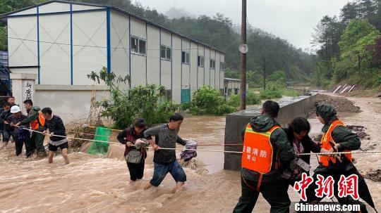 安徽黄山普降暴雨消防员成功解救32名被困工人及家属