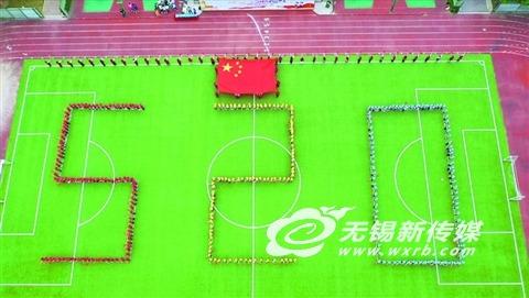 无锡新吴社区居民与师生同唱《我和我的祖国》