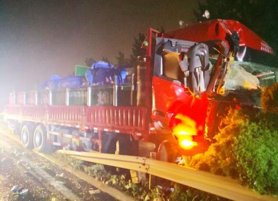 高速追尾两车失控 扬州救援人员及时帮捡货物