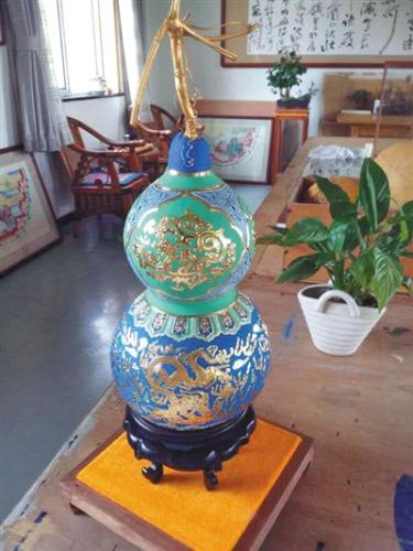 """吴书瑞使用天然矿物质颜料,运用在""""金韵葫芦""""的创作中。受访者供图"""