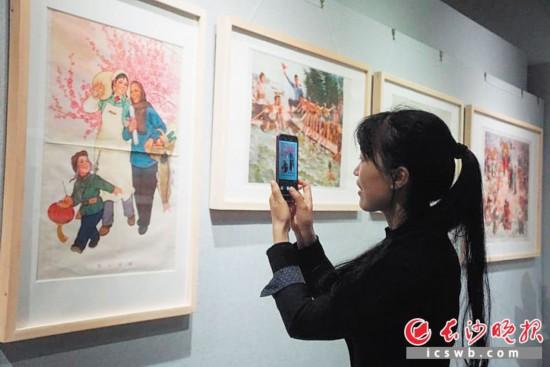 """5月15日,""""祖國記憶——紅色宣傳畫展""""在湖南圖書館開幕,展出126幅題材廣泛、畫風淳朴簡潔的宣傳畫作品。胡揅 攝"""