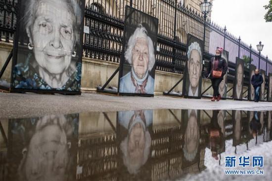 """(国际)(1)""""我们不会遗忘""""二战纳粹大屠杀幸存者肖像摄影展在维也纳街头展出"""