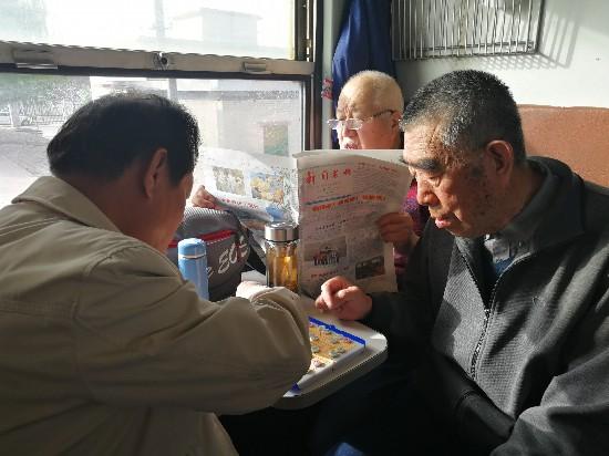 """怀旧正当时 宁夏新闻老兵乘""""银川-汝箕沟""""绿皮慢火车采风"""