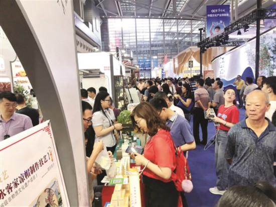 惠州展区吸引众多观展者。  惠州日报特派记者龚 妍 摄