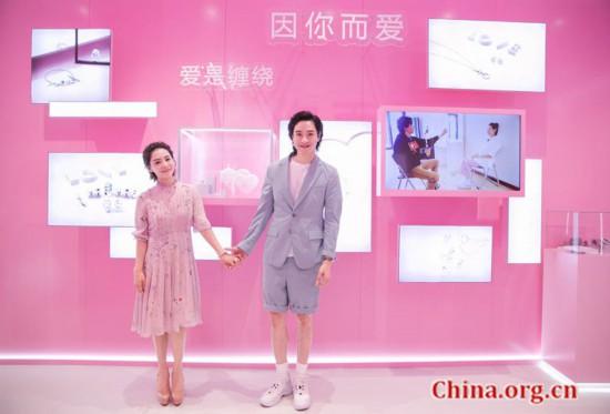 刘璇、王弢夫妇牵手亮相 分享18年爱情故事