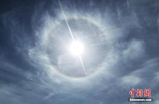 青海茶卡盐湖景区空中出现日晕