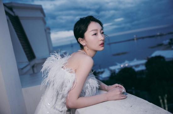 周冬雨亮相晚宴 白色羽毛亮片短裙鎖骨吸睛
