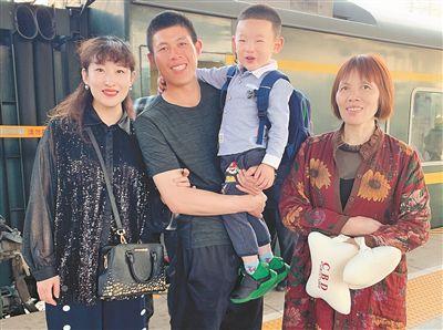 祝永凯在站台与家人相聚,时间5分钟。李东方 摄