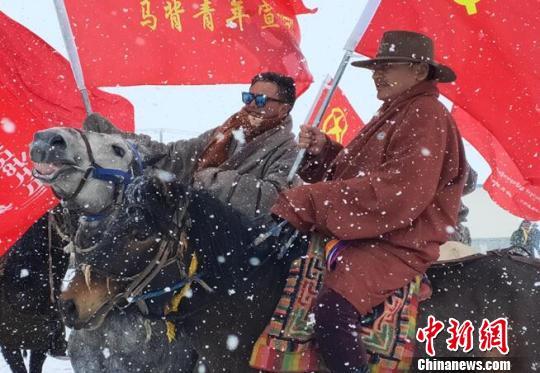 """青海雪域高原上的""""马背宣讲队"""""""