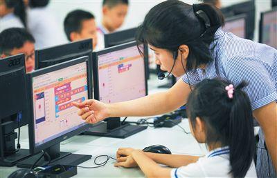 """海口中小学校掀起""""编程热"""" 为学生打开AI大门近年来,海口市多所中小学校掀起""""编程热""""。业内人士表示,学习编程,可以帮助孩子更好地迎接人工智能(AI)时代。"""