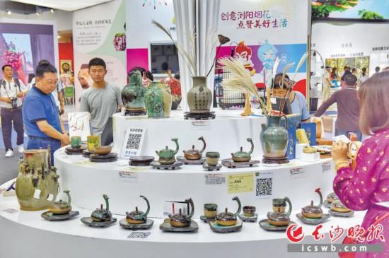 第十五届深圳文博会期间,长沙馆展品丰富人气火爆。  长沙晚报特派全媒体记者 陈飞 摄