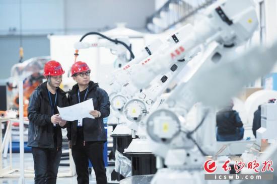 位于雨花经开区的中南智能工厂内,技术工程师正在对机器人进行调试。长沙晚报全媒体记者 黄启晴 摄