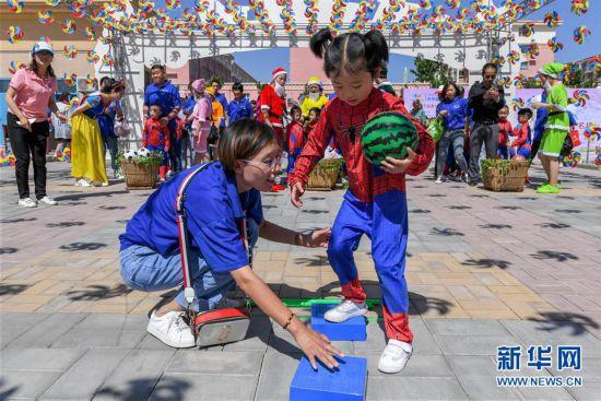 """(社会)(1)山西万荣:亲子游戏迎""""六一"""""""