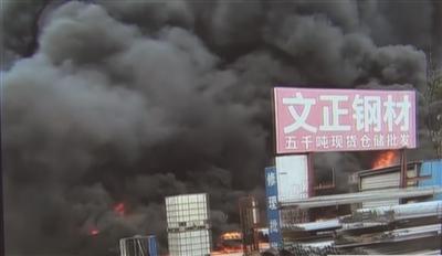 南京六合滬江商貿城突發大火 濃煙十幾米高