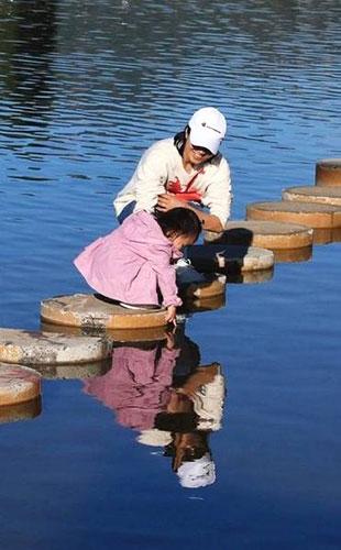 朱丹陪女儿出游2岁小小丹玩水捡石子超可爱