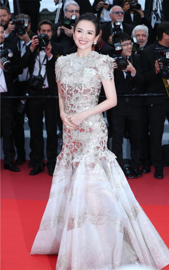 章子怡银色人鱼裙优雅大气亮相戛纳红毯