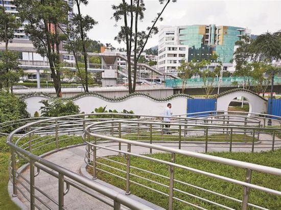 深圳市民反映无障碍通道连拐三弯很浪费_官方:符合标准