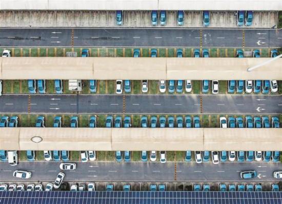 航拍全球规模最大电动汽车快充站