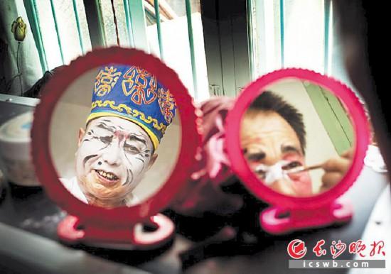 宁乡地花鼓演员在化装。本版照片均由受访者提供
