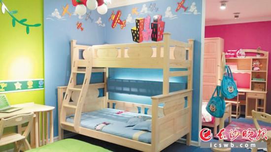 """儿童高低床现在还是各大儿童家居门店的""""爆款""""。尤其对于二孩家庭来说,往往会对高低床比较感兴趣。长沙晚报全媒体记者 孙占锋 摄"""