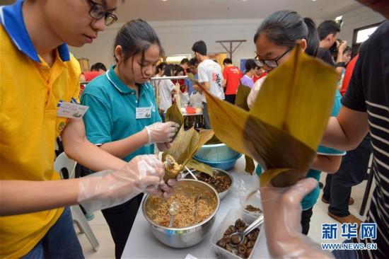 马来西亚举行大专院校学生端午节裹粽比赛
