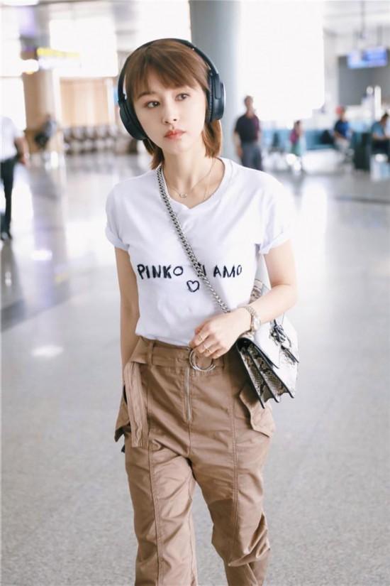 王子文机场私服 工装裤配白T恤潮流复古