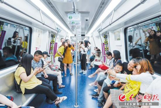 人气火爆   昨日,地铁4号线一期工程开通试运营,市民们兴奋地坐上4号线列车,不停地自拍,分享自己内心的喜悦。
