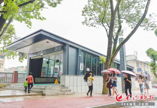 直达景区   湖南大学站是距离岳麓山景区最近的站点,出站后步行200米即可抵达。