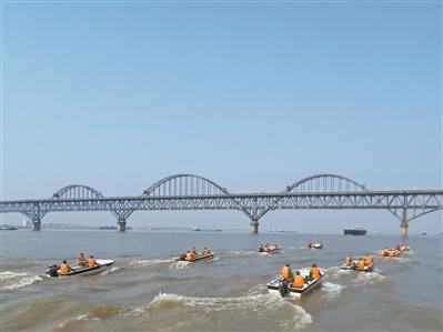 该支队在长江江面开展演练,提高官兵水面应急救援能力。曾帅 摄