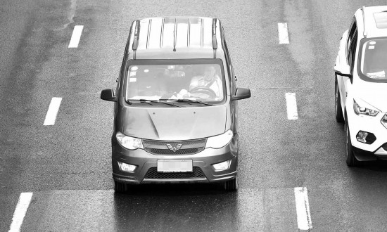 50辆车经由11名司机游戏源码在用手机交警称可罚100元记2分